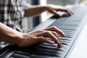 Thumb roli seaboard grand handsplaying 640x426