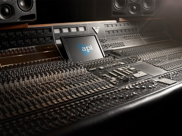 Universal audio luna api vision console 1400x1050 696x522